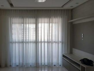 A cortina Voal é o tipo de cortinas para sala mais utilizado em apartamentos.