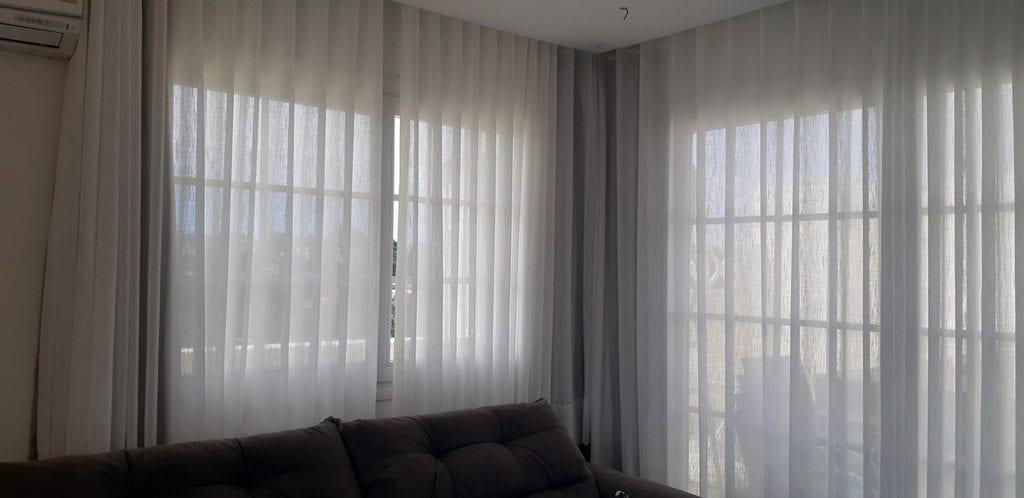 Cortinas instaladas em sala de estar.