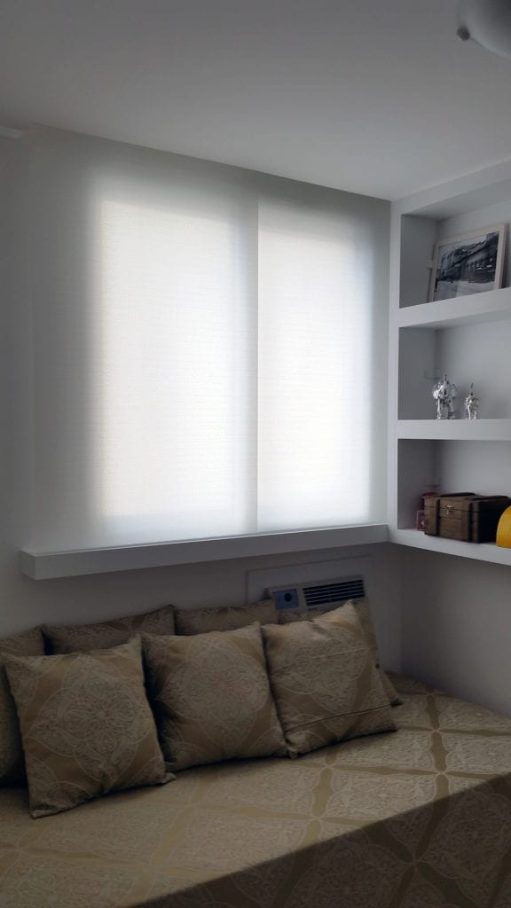 Tela solar aplicada em quarto de solteiro.