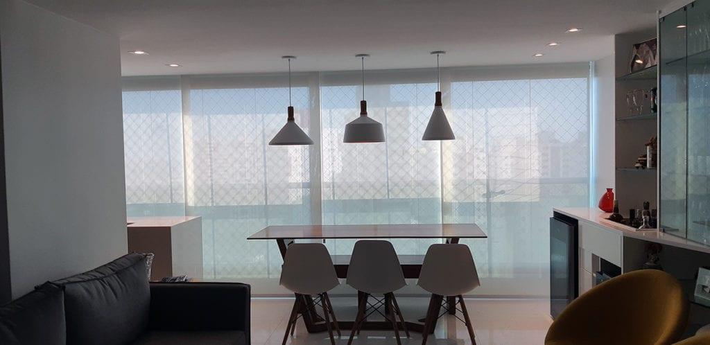 Tela solar aplicada em sala de estar com living e varanda gourmet.