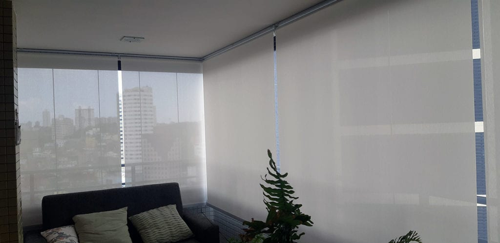 Tela solar aplicada em sala de estar.